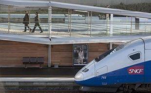 """La SNCF a annoncé jeudi un bénéfice net en chute libre (-82%) en 2011, en raison de 840 millions d'euros de dépréciations d'actifs, dont 700 millions au titre de ses rames TGV """"pour tenir compte du surdimensionnement"""" de la flotte, selon son président Guillaume Pepy."""