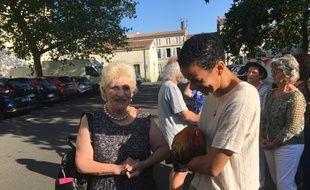 Corinne Fesseau (à gauche) avec l'un de ses soutiens, ce jeudi avant l'audience sur le coq Maurice au tribunal de Rochefort.