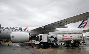 Total verse son mélange de kérosène et d'agrocarburant dans un avion Air France qui va relier Montréal ce jeudi 20 mai 2021.