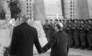 Francois Mitterrand et Helmut Kohl le 22 septembre 1984 à Douaumont