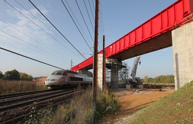 Un TGV passant sous le chantier de la LGV Est. (Archives)