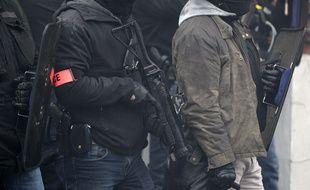 Un policier équipé d'un LBD lors d'une manifestation à Lille.