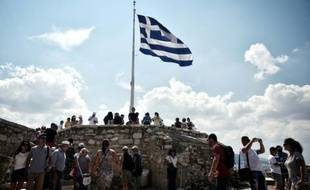 Des touristes visitent l'acropole à Athènes le 30 juin 2015