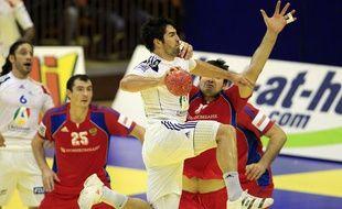 Le Russe Chernoivanov tente de contrer le Français Nikola Karabatic lors du match France-Russie comptant pour le 1er tour de l'Euro 2012 en Serbie, mercredi 18 janvier 2012