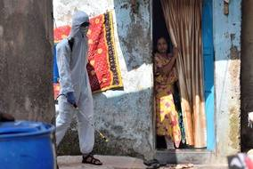 Une opération de désinfection pour lutter contre le coronavirus, à Bombay en Inde le 23 mai 2021.