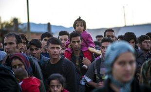 Des migrants attendent un train pour la Serbie après avoir passé la frontière entre la Grèce et la Macédoine près de Gevgelija le 5 novembre 2015