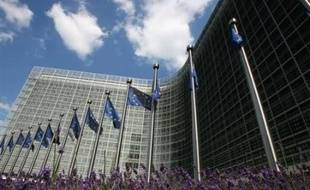"""La Commission européenne compte appeler mercredi la France à """"mettre en oeuvre"""" la réduction de son déficit public, qui s'approche de la limite autorisée de 3%, et l'encourager à poursuivre ses réformes structurelles, a-t-on appris vendredi de source européenne."""