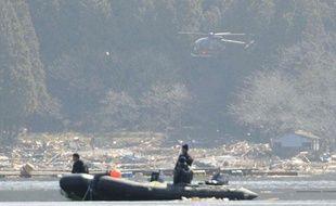 Des recherches pour retrouver les victimes du tsunami, au large du Japon, le 1er avril 2011.