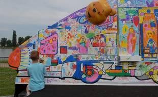 Illustration. Un enfant à la fête du TGV. Le 10 06 07