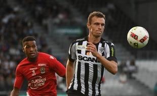Le défenseur central d'Angers Romain Thomas face à Nice.