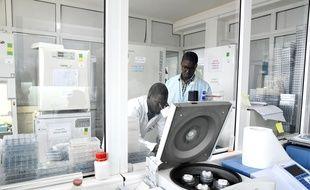 Des chercheurs de l'Institut Pasteur à Dakar font des tests sur le coronavirus le 3 février 2020.