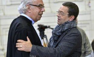 L'ex-urgentiste Nicolas Bonnemaison (d), et l'un de ses avocats Benoit Ducos-Ader, à la cour d'assises du Maine-et-Loire, à Angers le 23 octobre 2015
