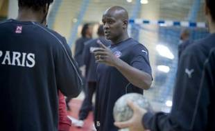 L'entraîneur du Paris-Handball, Olivier Girault, lors d'un entraînement au stade Pierre de Coubertin, le 1er décembre 2008.