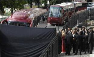 Le basketteur français Tony Parker et l'actrice américaine Eva Longoria ont été hués par leurs fans samedi à Paris, dépités de n'avoir rien vu de leur mariage religieux, tout ayant été mis en oeuvre pour préserver l'exclusivité accordée par le couple à un magazine people.