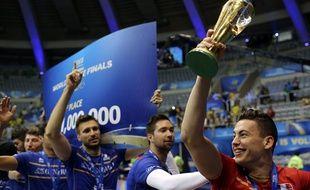 Jénia Grebennikov soulève le trophée de la Ligue mondiale, remportée en juillet 2015 par l'équipe de France.