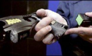 """Le pistolet à impulsions électriques Taser, arme non létale dont la police et la gendarmerie commencent à s'équiper, est défendu par les policiers et leurs syndicats qui y voient une arme """"anti bavure"""" mais dénoncée par Amnesty international qui demande """"une évaluation rigoureuse"""" avant usage."""