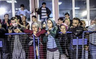 Les familles des mineurs, inquiètes, regardent le travail des secours.