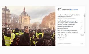 Uma Thurman pose devant «les gilets jaunes» sur une photo postée sur Instagram.
