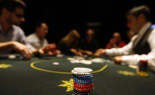 Un cercle de jeu de poker clandestin parisien, où se mêlaient semi-pros, riches amateurs et célébrités comme le chanteur Patrick Bruel et où les mises atteignaient parfois des sommes considérables, vient d'être démantelé par la police judiciaire parisienne.