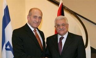 Selon un communiqué conjoint publié vendredi par la police et le ministère de la Justice, Ehud Olmert est soupçonné d'avoir financé --alors qu'il était maire de Jérusalem (1993-2003), puis ministre du Commerce et de l'Industrie (2003-2006)-- des voyages à l'étranger privés et familiaux en présentant séparément des factures à plusieurs organisations de bienfaisance pour un seul et même voyage.