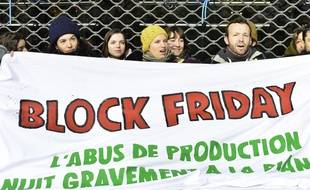 Lors d'une manifestations d'activistes contre le Black Friday, ce vendredi, à Paris.