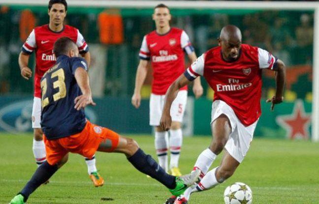 Abou Diaby élimine Jamel Saihi, suivi du regard par son coéquipier Arteta, le 18 septembre 2012 à Montpellier.