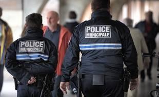 Illustration de policiers municipaux en patrouille à Strasbourg.