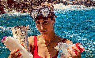 Laury Thilleman dénonce la pollution aux plastics à Porquerolles