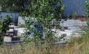Photo prise le 28 mai 2011 à Saint-Alban, dans la banlieue nord de Toulouse, de la zone de stockage à l'air libre de 500 tonnes de déchets amiantés.