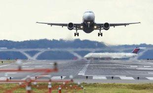 La compagnie aérienne United Airlines a annulé une commande de 12 avions monocouloir qu'elle avait passée auprès de l'avionneur européen Airbus et qui représentait une valeur catalogue de plus d'un milliard de dollars.
