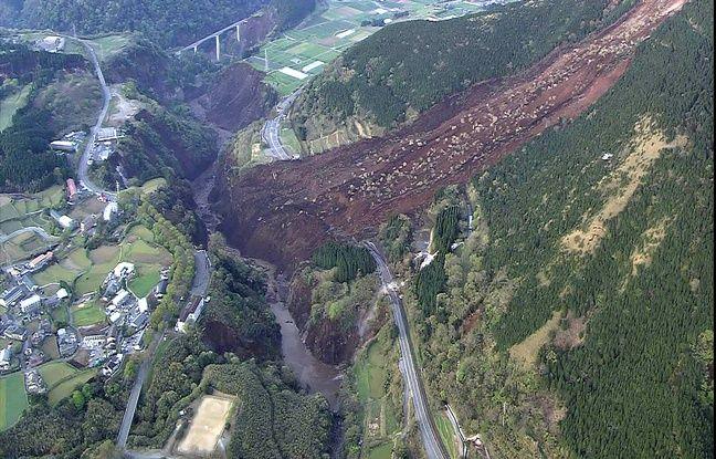 Cette photo aérienne fournie par le ministère de la Défense japonais montre une gigantesque coulée de boue à Minami-Aso, dans le département de Kumamoto, le 16 avril 2016.