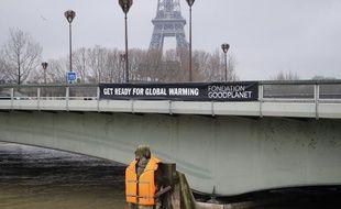 Le zouave du pont parisien de l'Alma, qui a de l'eau à hauteur de cuisses, a été équipé dimanche d'un gilet de sauvetage.