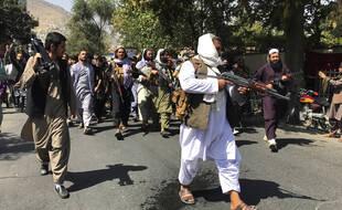Des soldats talibans se dirigent vers des Afghans en criant des slogans, lors d'une manifestation anti-pakistanaise, près de l'ambassade du Pakistan à Kaboul, en Afghanistan, le mardi 7 septembre 2021.