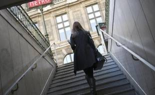 Une jeune femme dans le métro à Paris