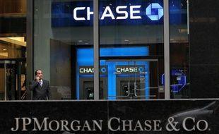 La banque américaine JPMorgan Chase a l'intention de réclamer des millions de dollars de compensation à certains de ses cadres dirigeants, au coeur d'une perte de courtage estimée à environ 5 milliards de dollars, a rapporté mardi le Wall Street Journal.