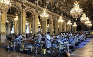Confortablement installés, celles et ceux qui donnent leur sang peuvent contempler les hauts plafonds dorés des salons de l'Hôtel de Ville de Paris, où l'EFS organise une collecte jusqu'au 14 juin.