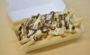 """Les frites """"McChoco Potato"""" produites dans un McDonald's de Tokyo, au Japon, le 25 janvier 2016"""