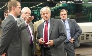 Jean-Paul Huchon et Pierre Mongin en visite au centre Bus des Pavillons (93) pour observer les modèles de bus hybrides mis en circulation.