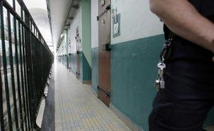 Un gardien dans le couloir d'une prison
