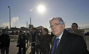 Jean-Pierre Chevènement, candidat MRC à l'élection présidentielle, a déploré mercredi l'impuissance du ministère de l'Industrie, lors d'une visite sur le site Arkema de Fos-sur-Mer (Bouches-du-Rhône), voué à être cédé au fonds d'investissement Klesch.