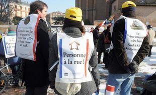 Des professionnels de la réinsertion, membres d'associations citoyennes ou d'organisations comme Médecins du monde ou le Secours catholique, manifestent le 09 février 2012 devant la préfecture à Toulouse