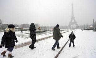 """Quant à la tour Eiffel, habituellement ouverte toute l'année, elle a dû fermer lundi, météo oblige. Elle a rouvert en fin de journée mardi, une fois """"réchauffée"""", ses plateformes ayant été déneigées."""