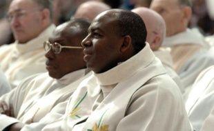 Le prêtre rwandais Wenceslas Munyeshyaka assiste à une messe à Evreux, le 29 janvier 2006