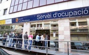 L'Espagne, sanctionnée jeudi par Standard & Poor's, publie son taux de chômage au premier trimestre, attendu autour de 24% dans un contexte de récession: un sombre panorama qui devrait, selon des experts, durer jusqu'en 2013, nourri par une cure de rigueur sans précédent.