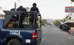 Des policiers patrouillent le 11 janvier 2015 dans une localité du Michoacan, région en proie à la violence et où vient d'être abattu un candidat de gauche