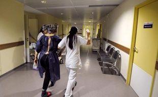 Les abus de dépassements d'honoraires pratiqués par certains médecins, notamment dans les hôpitaux, continuaient jeudi de provoquer des remous, alors que le gouvernement s'apprête à publier des décrets qui n'apporteront qu'une solution partielle, et controversée, au phénomène