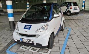 Les Smart de Car2Go peuvent être empruntées en passant une puce sur un lecteur.