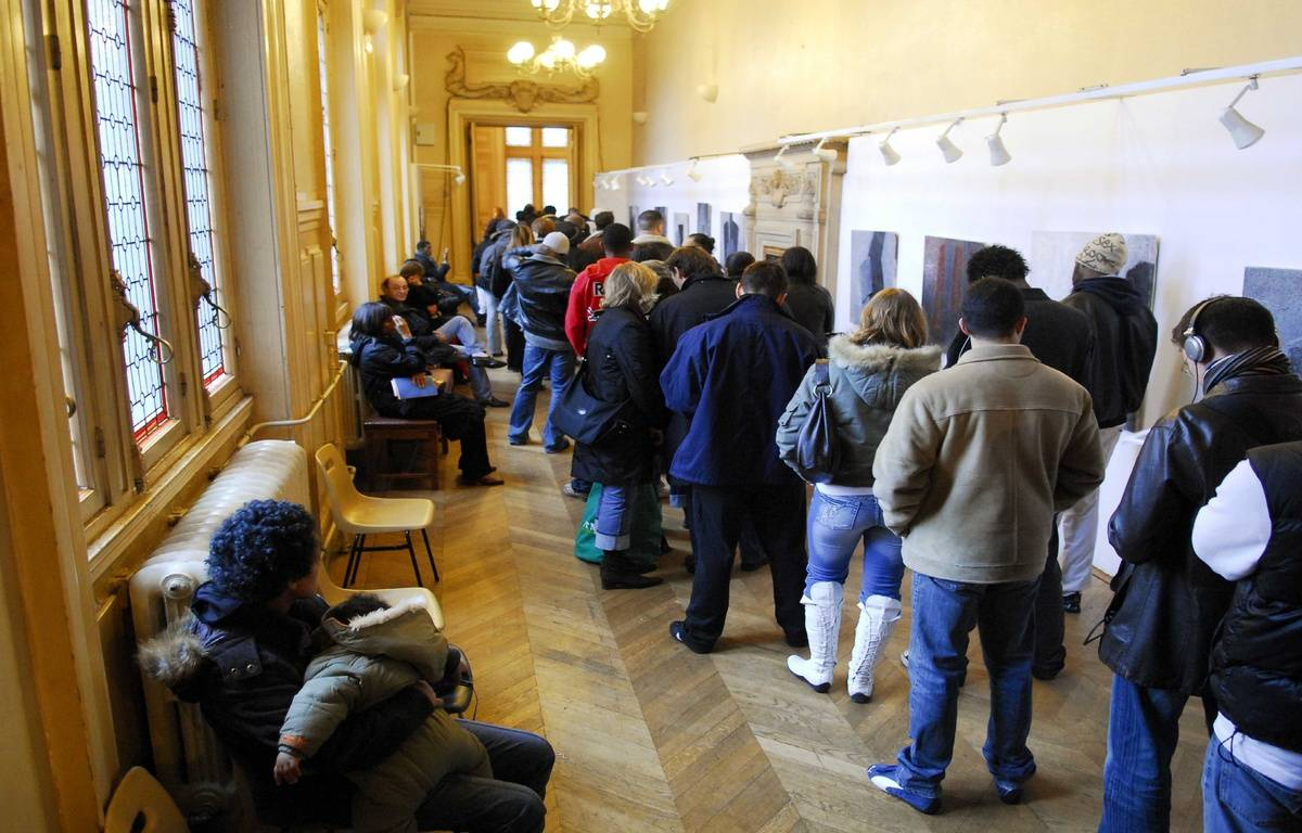La queue est longue pour s'inscrire juste avant le 31 décembre, comme ici à Paris (XIIIe). – V. CAPMAN/SIPA