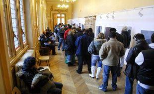 La queue est longue pour s'inscrire juste avant le 31 décembre, comme ici à Paris (XIIIe).