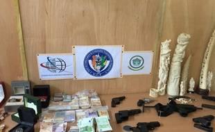 La police a saisi sept armes de poing, un pistolet-mitrailleur et plus de 90.000 euros en liquide, dans le cadre de cette affaire.